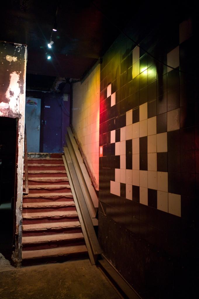 0LesBainsDouches -escalier vers le club avec une réalisation de Space Invader -courtesy Magda Danysz Gallery, photo Stéphane Bisseuil